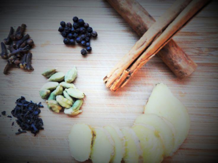 Hva med åerstatte kaffen med en himmelsk oppkvikkende drikk somi tillegg er bra for helsa! Yogi Tea smaker nydelig og er perfekt for deg som har lyst til å styrke kroppen og bli mer våken. Teen lages av 5 krydder(og bittelitt sort te)og ifølgeYogisk vitenskaphar disse krydderene en rekke gode egenskaper. Disse krydderene er bra