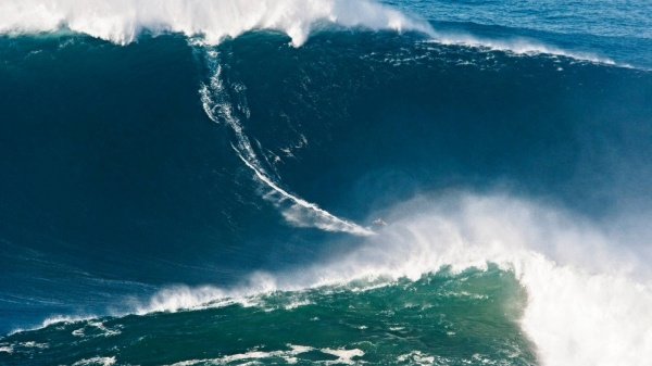 Surfen: Weltrekord auf der Monsterwelle - Mehr Sport - FAZ 06.05.2012 | Foto: Garrett McNamara vor der Küste von Portugal - Wilson Ribeiro/Billabong | Surfen Weltrekord auf der Monsterwelle 06.05.2012 · 24 Meter hoch war die Welle, die der Hawaiianer Garrett McNamara vor der Küste Portugals hinunterbrauste. Das ist die höchste Welle, die ein Wellenreiter jemals gesurft ist, und das auch mit einem Bild dokumentieren konnte.