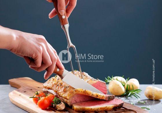 Чтобы красиво нарезать сочный ростбиф, необходим не только острый нож, но и удобная вилка. Именно этим изделием вы сможете зафиксировать мясо на доске. Двузубая вилка Cooking Elements Tools справится с этой функцией лучше чем обычная столовая. Ведь удлиненные и более острые зубцы специально предназначены для таких действий. Аксессуары от «Villeroy & Boch» – это стильные и долговечные предметы на Вашей кухне!