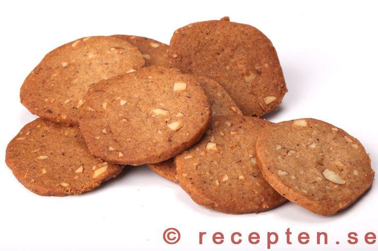 Skurna pepparkakor - Recept på jättegoda pepparkakor som man slipper kavla. Jättegoda med mandel och de går snabbt och enkelt att göra. Effektivt arbete ca 30 min för 100 pepparkakor.