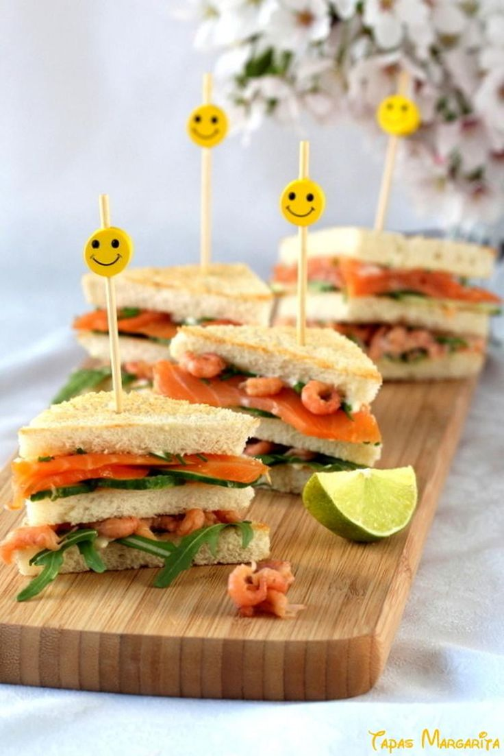 Club sandwich met gerookte zalm en Hollandse garnalen  Ingrediënten:  • gerookte zalm  • Hollandse garnalen  • 3 sneetjes wit casinobrood  • komkommer  • rucola  • mayonaise   • limoen (of citroen)  • zout en peper  Recept: zie hieronder bij reactie  #clubsandwich