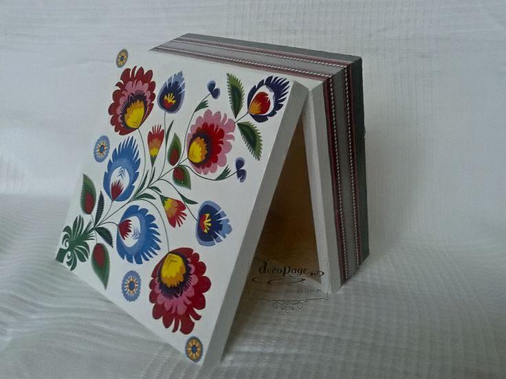 """Pudełko """"Łowickie kwiaty"""" to śliczny prezent z polskim akcentem w dobrym stylu! Jest drobne i praktyczne, dlatego na pewno będzie mile widziane."""