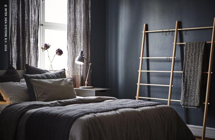 Donkere muren creëren een gezellige sfeer in jouw slaapkamer. Voeg natuurlijke materialen toe voor een eenvoudig en elegant effect. Sprei TALLÖRT #IKEABE