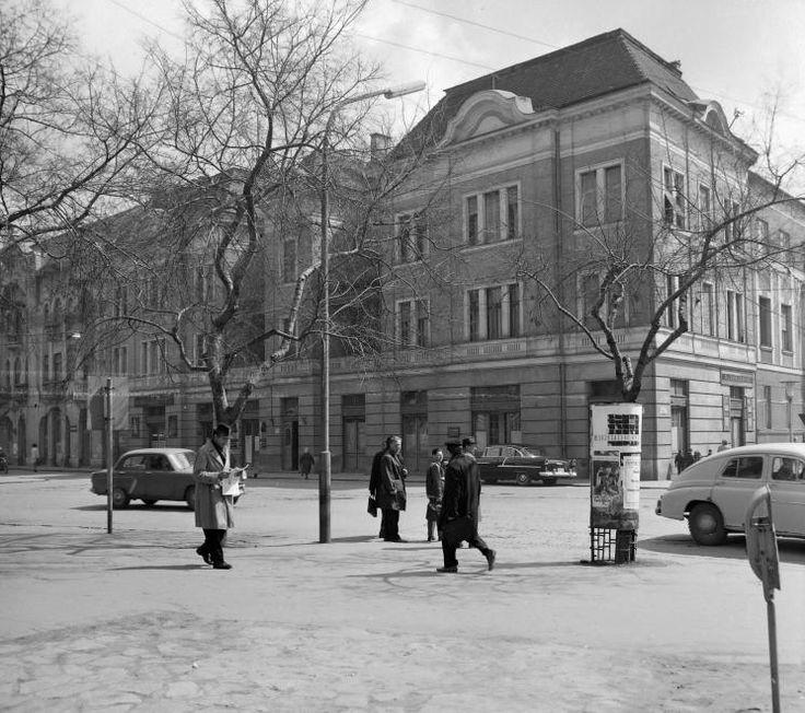 Dugonics tér, szemben a Tisza Lajos (Lenin) körút - Dugonics tér sarok.