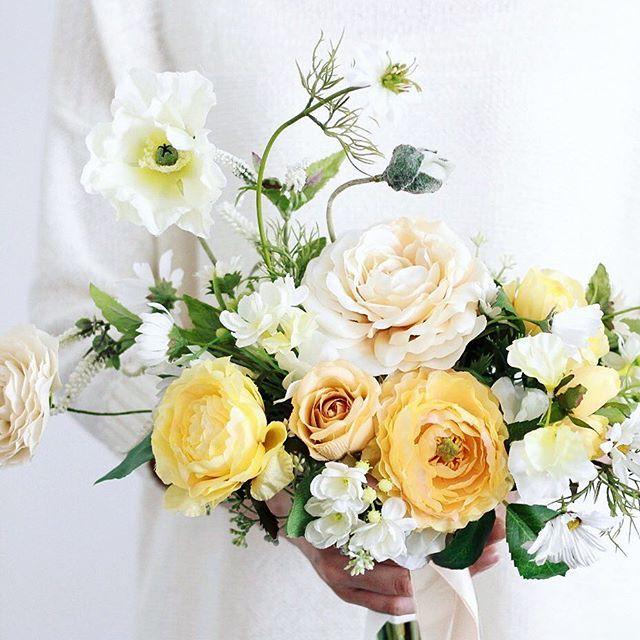 Poppies and roses. 3月の花嫁様へオーダー品 白いポピー少しくすんだ黄色やバニラ色のバラ私たちも大好きなカラーパレットの一つです ニゲラにマーガレットにラナンキュラスのなどの春の花をそえてゆったりとすこしワイドなシルエットのブーケに仕上がりました どうぞお幸せに .  現在オンラインショップのすぐにお届けできるウェディングブーケが完売しておりまして申し訳ありません . 追加で販売する予定はありますのでその際にはメルマガや各SNSでお知らせいたしますので気になる方はぜひご登録よろしくお願いいたします . オーダーメイドではお時間はいただきますが引き続き承っておりますのでお気軽にご相談ください. . . . #クラッチブーケ #ウェディングブーケ #リースブーケ #ウェルカムボード #ブーケ#オーダーメイド #大人婚 #結婚式 #前撮り#フォトウェディング #2018春婚 #2018夏婚 #両親贈呈品 #花のある暮らし #花のある生活 #花好きな人と繋がりたい #新築祝い #結婚祝い #アーティフィシャルフラワー #造花 #marry花嫁 #ウェディングニュース…