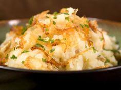 Receta de Puré de Papas con Cebollas Caramelizadas | Un cremoso pure de papas decorado con cebollas caramelizadas. Un excelente acompañante para una carne o un pavo.