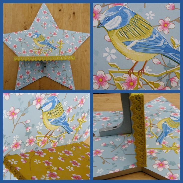 Een heel schattig plankje om mooie spulletjes op te zetten. Bekleed met PIP behang en langs het plankje een lief geel kantje. Afmeting ster: 39,5 cm Afmetingen plankje: 20,5 x 10 cm