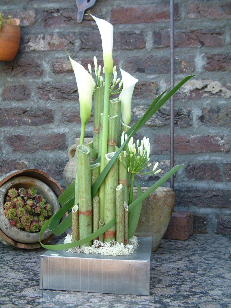 mooi bloemstukje met witte calla's