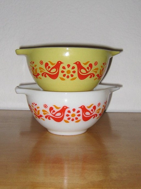 Vintage Pyrex Friendship in white and yellow