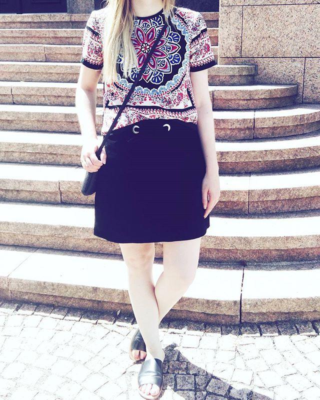 Heute habe ich wieder meinen schwarzen Wildlederrock von Mango, meine neuen Pantoletten von Topshop und die Bluse von Topshop getragen. #suedeskirt #pantoletten #mules #modeblogger #fashionblogger #germanblogger #blogger_de #fashionblogger_de #ootd #instadaily #instafashion #whatbloggerswear #whatiwore #whatiweartoday #metoday #currentlywearing #topshopzalando