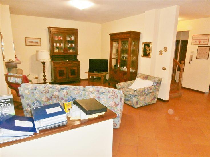 """Ti ricordi le grandi famiglie di una volta?  Probabilmente una casa così sarebbe stata il loro sogno! A #BorgoSanLorenzo, in zona residenziale, ti proponiamo uno splendido terra tetto completamente indipendente di 250 mq, composto da un ampio salone con camino, una cucina, 4 camere, 3 servizi, terrazze, taverna, garage doppio, oltre ad un delizioso giardino di mq. 50. La casa è in buono stato.  Classe energetica """"F"""" ipe 133,481  Il prezzo è di 490.000 €"""
