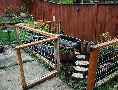 Portão e cerca utilizando tela de ferro galvanizado e estrutura de madeira