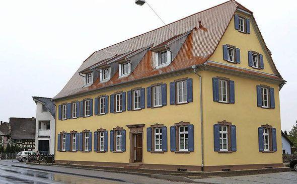Das sanierte Haus ist ein Blickfang in der Dorfmitte.   | Foto: chr. breithaupt