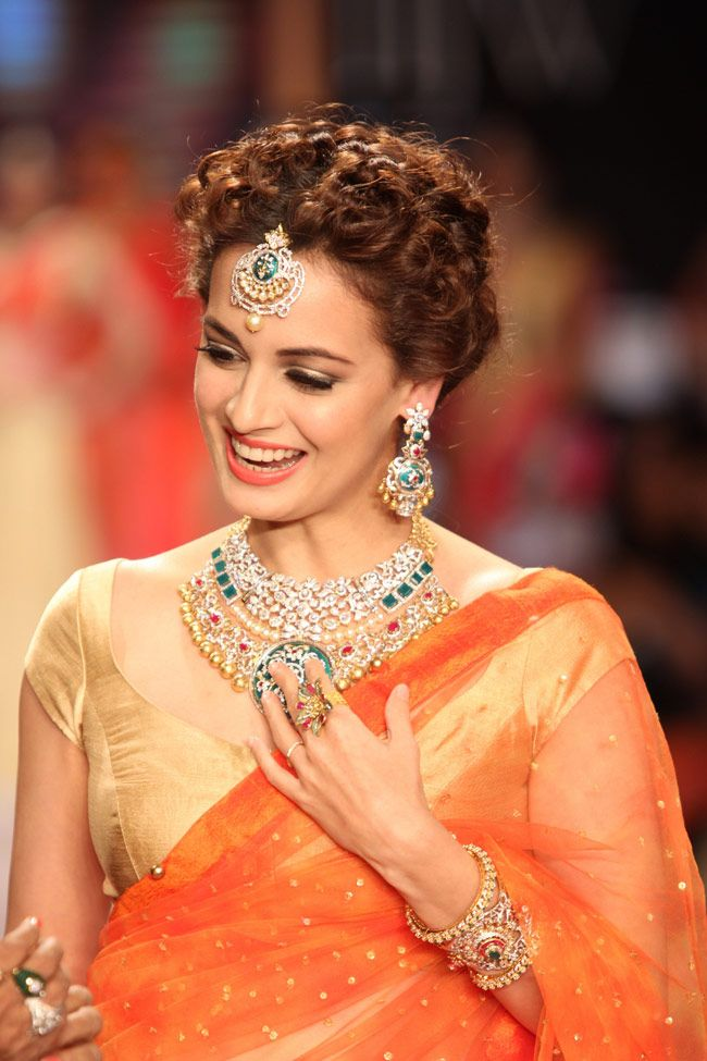 Dia Mirza looked ravishing as a traditional bride in jewellery by Shobha Shringar at the Indian International Jewellery Week 2014.