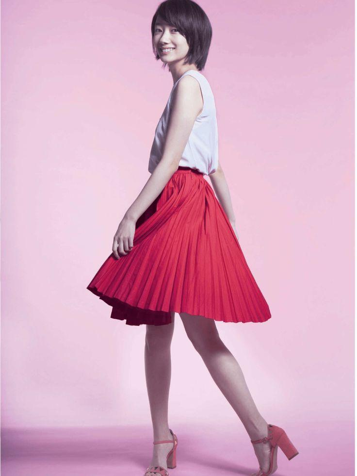 赤いプリーツスカートで女性らしい波瑠さん