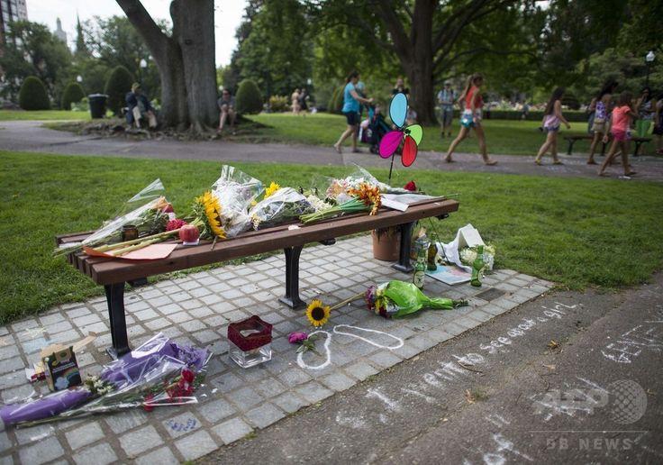 ロビン・ウィリアムズ(Robin Williams)さんの出演映画『グッド・ウィル・ハンティング/旅立ち(Good Will Hunting)』に登場したことで有名になった米ボストン(Boston)市内のベンチを訪れたファンが残した花束やメッセージ(2014年8月12日撮影)。(c)AFP/Getty Images/Michael J. Ivins ▼13Aug2014AFP|ベルトで首つり、手首に傷も… 急死のロビン・ウィリアムズさん http://www.afpbb.com/articles/-/3022947