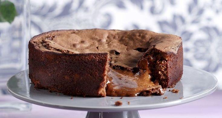 Υγρό κέικ με πραλίνα φουντουκιού από τον Άκη Πετρετζίκη