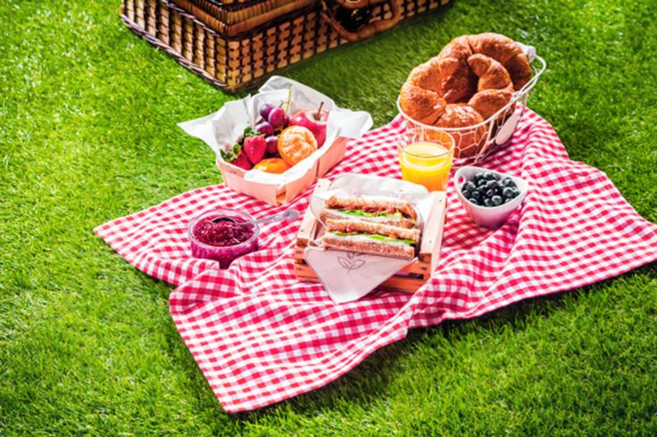 Ο καιρός ζέστανε! Ευκαιρία, λοιπόν, να πάρεις το ταίρι και την παρέα σου και να κάνετε πικ νικ. Συνταγές για νόστιμους μεζέδες και μέρη για να στρώσετε την κουβέρτα σας τα βρήκαμε εμείς.