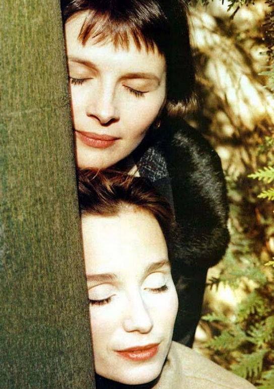 Кристин Томас, Жюльет Бинош заснули после съёмок. 1996 г.