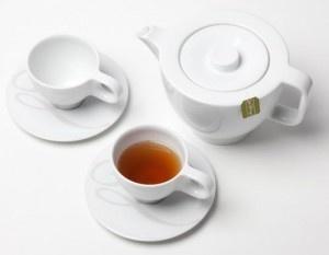 theepot met kopjes met thee van simon levelt bezoek