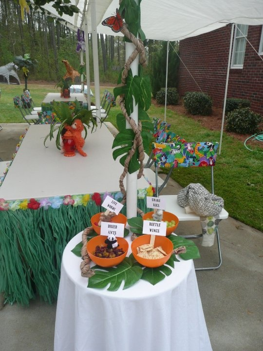 Jungle Party, grass around tables and leaves can be made from paper