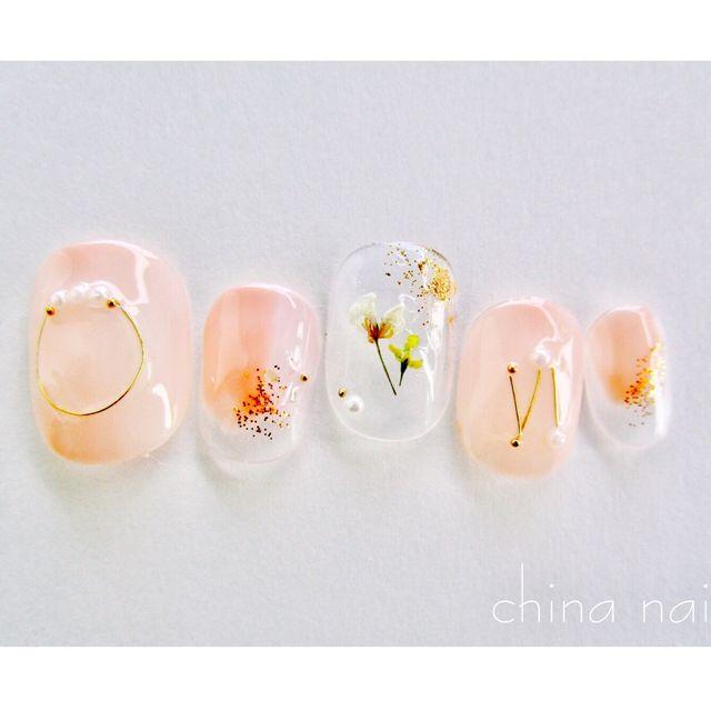 ご覧くださりありがとうございます◡̈ナチュラルなピンクベージュベースに押し花とワイヤーを使用したネイルです。人差し指はピンクベージュとグレージュの二色を使用しています。※光の加減で画像とは多少異なってしまう場合もあります。【内容】・10本 1セット・ネイ...