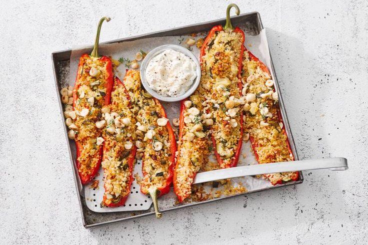 Alleen al voor de hummusyoghurt bij deze paprika's wil je nú de keuken in - Recept - Allerhande