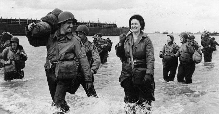 Un groupe de nurses (infirmières américaines) débarquent à Omaha ou Utah. Elles sont accompagnées de plusieurs GI's.  Les Nurses arriveront après le 12 juin.  L'un porte un brassard de détection de gaz, un autre le patch de la First Army.  A gauche un Landing Craft Tank (Rocket) LCT(R)