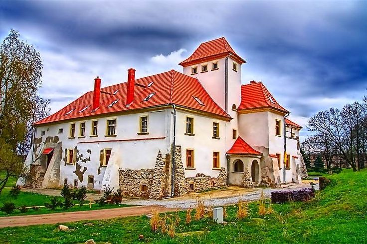 Pałac w Piotrowicach Nyskich - został wybudowany w 1660 r. jako dwór. Obecnie jest własnością prywatną - prowadzony jest w nim hotel.