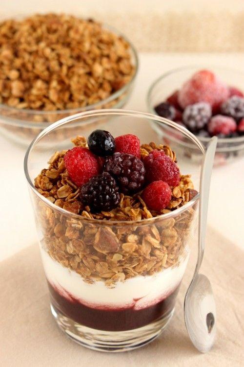 Mandulás granola joghurttal és erdeigyümölcs-lekvárral
