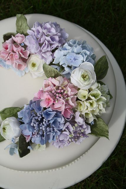 Pretty hydrangea wedding cake ~ beautiful for a vintage outdoor wedding. www.thekeeperandthedell.com