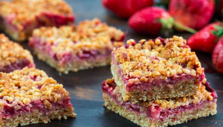 Sla de aardbeien maar alvast in  We proberen optimaal te genieten van het aardbeienseizoen. Zo eten we het rode vruchtje op de boterham, als tussendoortje en door de vla. Ook door heerlijke traktaties eten we de aardbei graag. Zo ook in deze heerlijke, goed vullende aardbeien-havermoutrepen.  Wat