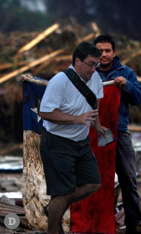 "Nuevo meme, ""In the way guy"": Hombre con la bandera del terremoto en Chile (2010) y el In the Way Guy."