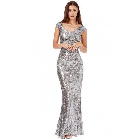 Długa srebrna cekinowa sukienka na sylwestra z pięknym dekoltem