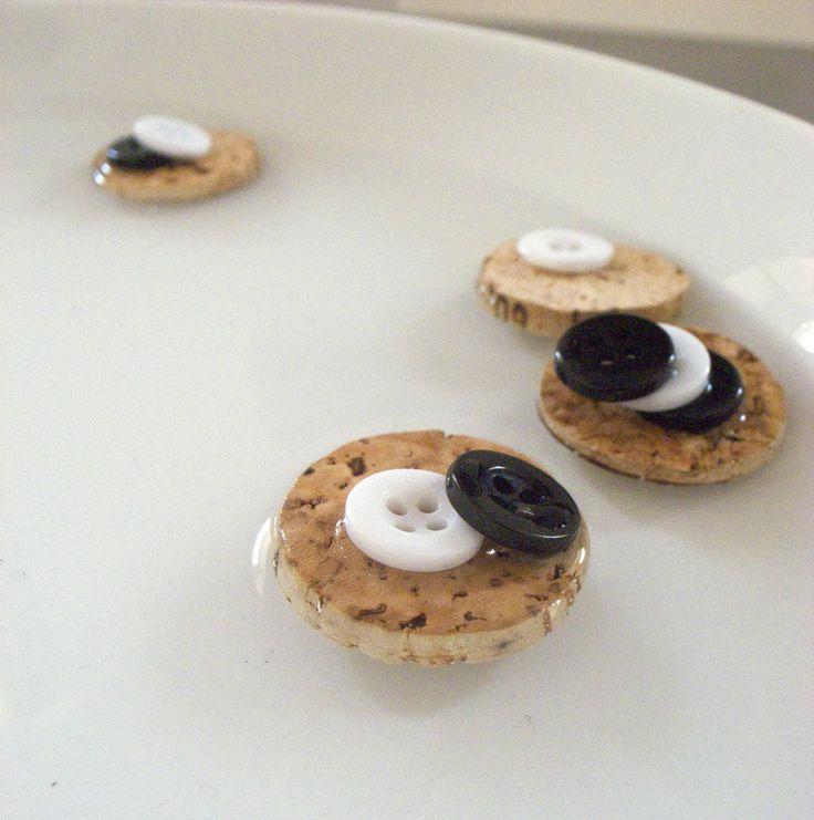jeu de motricité fine: avec plaque de liège, eau et boutons. Poser délicatement les boutons sur les plaques, sans que celles-ci basculent ou s'enfoncent dans l'eau.
