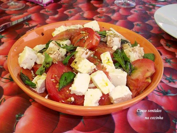 Cinco sentidos na cozinha: Salada de tomate com queijo feta e vinagrete balsâmico