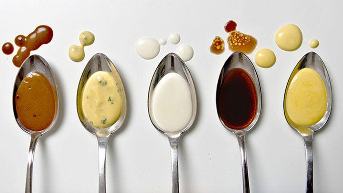 Brunsås, bearnaisesås, vitsås, rödvinssky och hollandaisesås.