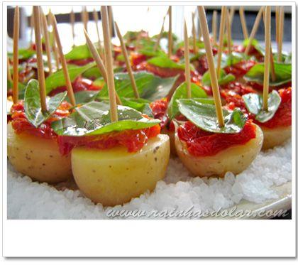 Batatas em conserva com tomate seco e manjericão.