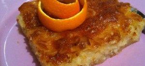 1) Πλένουμε καλά τα πορτοκάλια. Προτιμούμε αυτά που δε έχουν κερί απ'έξω. Κόβουμε τις δύο κορυφές. Τα κοβουμε στα 4 ή στα 6 (ολόκληρα, όπως είναι) και βγάζουμε τυχόν κουκούτσια. Τα πορτοκάλια τώρα, τα βάζουμε στο μούλτι(ή μπλέντερ)και τα αλέθουμε καλά να γίνουν χοντροκομμένα (όχι τεράστιααα κομμάτια).