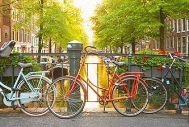 Amsterdam, tam anlamıyla bir rüya şehri... Çiçek kokularıyla, fırından yeni çıkmış pastalarıyla, yeşil alanlarıyla Amsterdam'da hayallere dalıp gidebilirsiniz. İşte Hollanda'nın başkenti Amsterdam'da görmeniz ve yapmanız gereken 5 şey...