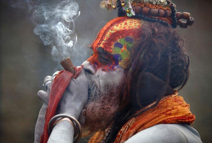 A hinduizmus szent alakjai Síva lélegzetének tartják a hasis és dohány keverékét
