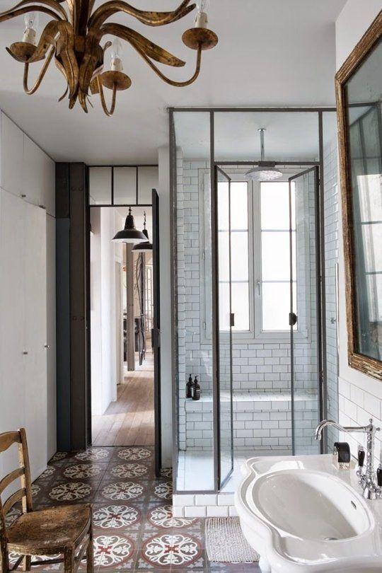 Geflieste Dusche mit Duschwand aus Glas und mit Stahlrahmen