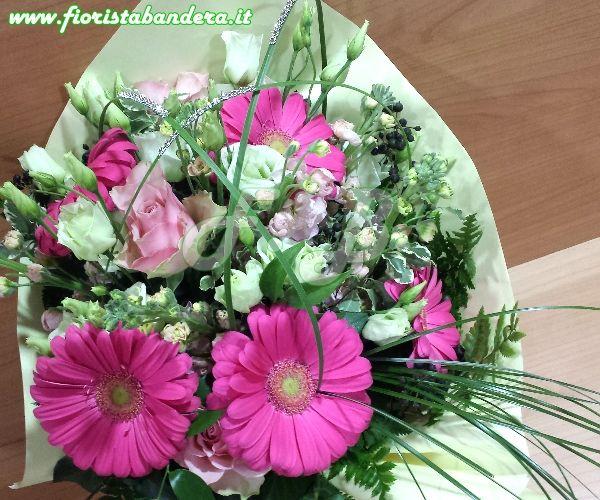 Bouquet fiori in tonalità di colore bianco e rosa per nascita.
