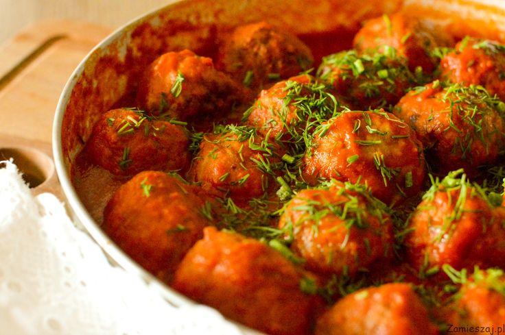 Klopsiki mielone w sosie pomidorowym z dodatkiem pieczonego jabłka