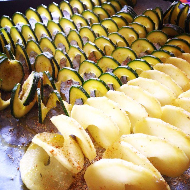 Il nostro esercito di #zucchine e #patate è pronto!! Adesso si va in #forno   Seguiteci su www.ricettelastminute.com  #ricetta #ricette #pranzo #domenica #marzo #patata #zucchina #me #instafood #instagood #photooftheday #pictureoftheday #italy #italia #sicily #sicilia