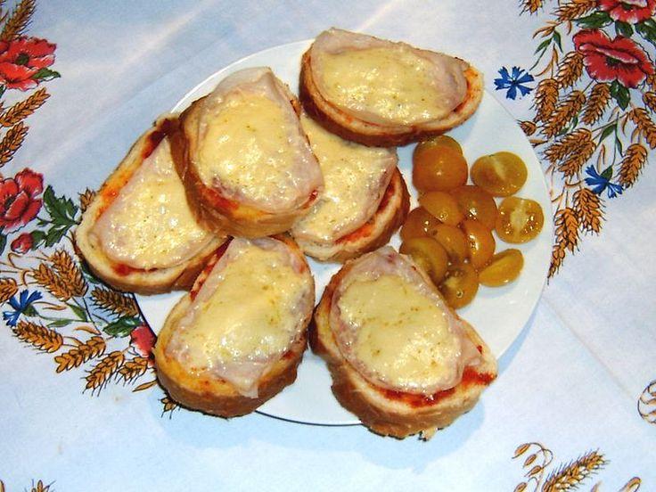 zapečené toasty(máslo,měkký salám,tvrdý sýr)
