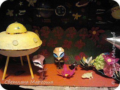 Эту композицию-фантазию делала для конкурса в детском саду. Летающую тарелку делала в технике папье-маше, ноги - старые фломастеры. Инопланетяне сделаны из глянцевой цветной бумаги в технике оригами. Ракета - рулоны от туалетной бумаги, старые диски, плотный картон. Цветы - это упаковка из-под яиц...Вырезала, красила, клеила, покрывала лаком.  фото 2