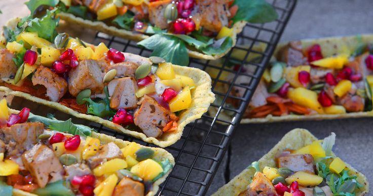 Den här vegetarisk varianten på taco är helt vansinnigt god! Sött, syrligt och salt på samma gång.Prova även fler recept med hummus somVegetarisk hummuspizza.