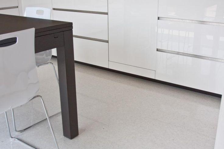 Bílá hladká podlaha s vysokým leskem v jídelně, BOCA Praha. / White smooth flooring with high gloos in the dining room.  http://www.bocapraha.cz/en/product/1060/lixio/