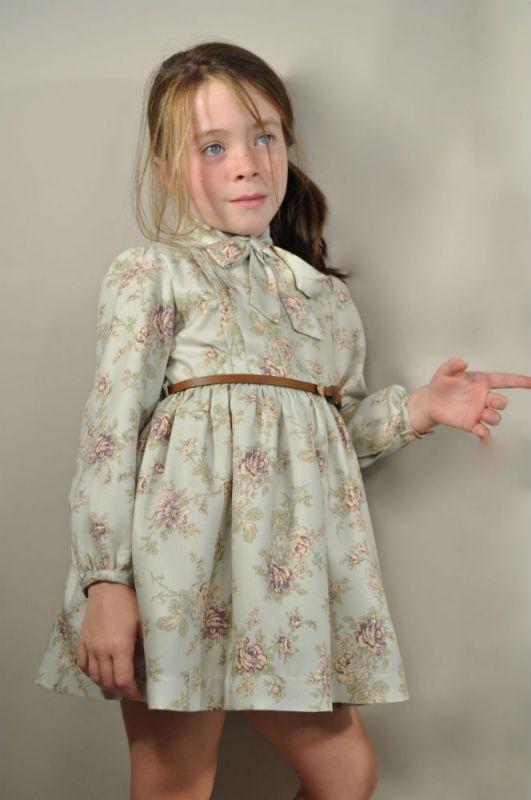 Vestido FOQUE, estampado , con una lazada al cuello y un bonito cinturón. Ideal para nuestras niñas!